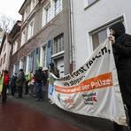 """""""Forst retten, A 49 stoppen"""": Mit dieser Forderung protestiert die Solidaritätsgruppe am Freitagnachmittag vor dem Grünen-Büro in der Lauteschlägerstraße. Foto: Guido Schiek"""