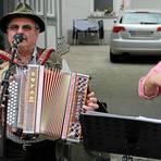 """Mit fetzigen Melodien unterhalten """"Die Fuhrleut"""" auf den Straßen von Cleeberg. Sie gehören zu den vielen Bands und Einzelkünstlern, die in dem Langgönser Ortstal für einen Tag das musikalische Sagen hatten.  Foto: Serowy"""