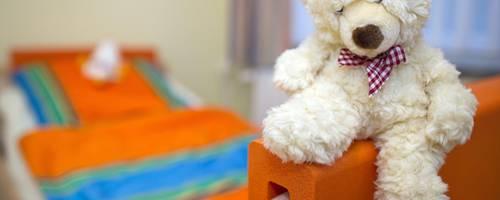 Trost vom Teddy: Kinderhospize kümmern sich um unheilbar kranke Mädchen und Jungen. Archivfoto: dpa