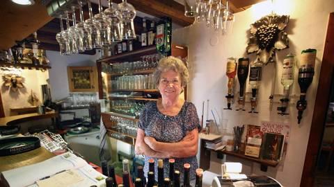 Ingrid Naab hinter der Theke ihrer Weinstube – ihr eigentliches Reich war aber die Küche. Archivfoto: hbz/Bahr