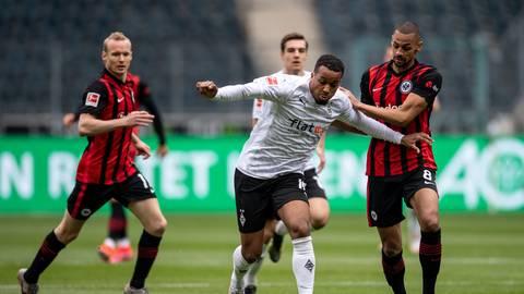 Frankfurts Djibril Sow (r) und Gladbachs Alassane Plea kämpfen um den Ball.  Foto: dpa/Marius Becker