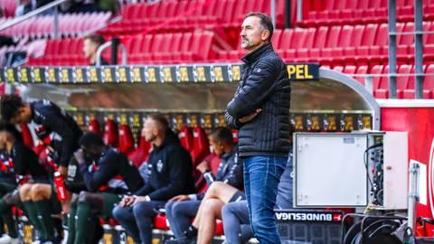 Am Samstag bei der Niederlage gegen den VfB Stuttgart stand Achim Beierlorzer zum letzten Mal bei Mainz 05 in der Coaching Zone in der Opel Arena. Foto: Lukas Görlach