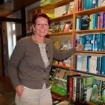 Ulrike Sowa ist seit 1993 Inhaberin der Buchhandlung in Homberg. Stets am Puls der Zeit zu sein, mehr als den normalen Service anzubieten, ist eines der Erfolgsrezepte der Unternehmerin. Foto: Gössl