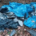 """Umweltfrevel: Unbekannte haben am Wanderparkplatz unterhalb vom """"Neuhaus"""" Bauschutt und asbesthaltige Eternit-Platten in die Landschaft geworfen. Foto: Polizei Dillenburg"""