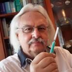 Hausarzt Friedrich H. Gechter ist aufs Impfen in seiner Praxis in Seeheim vorbereitet. Es fehlt nur noch das Vakzin. Foto: Karl-Heinz Bärtl