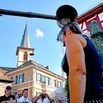 Im Rahmen des Kleestädter Dorffestes wird Birgit Engelhardt als Neubürgerin getauft. Foto: Klaus Holdefehr