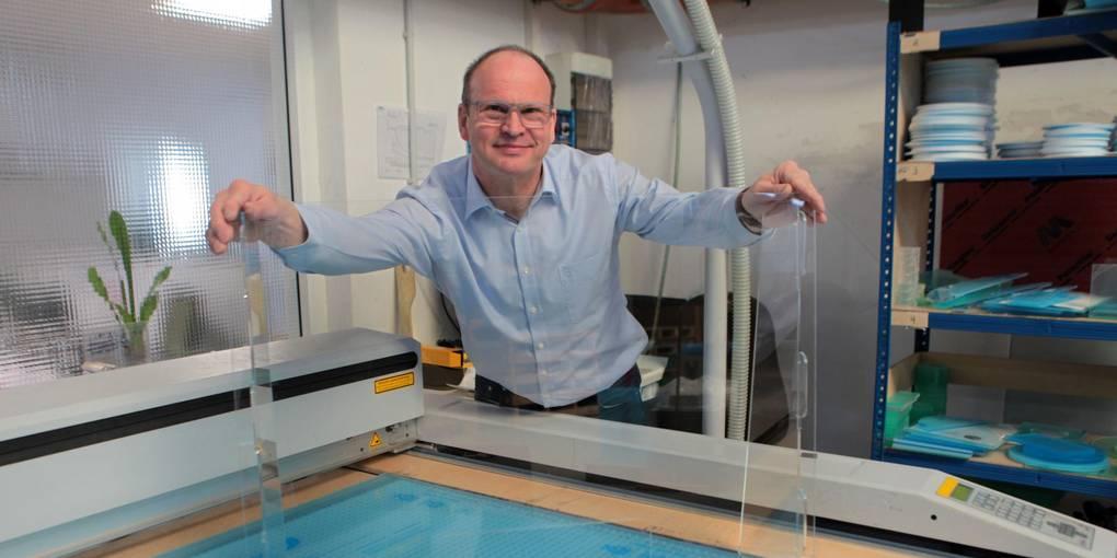 """""""E&H Design""""-Geschäftsführer Sigurd Emt zeigt eine Schutzwand am Laserschneidegerät. Foto: BilderKartell/Axel Schmitz"""