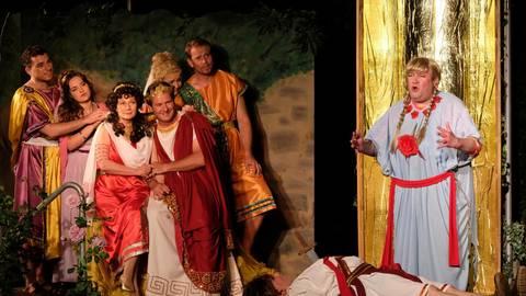 Schauspiel mit viel Magie. Holger Schön als Pyramus (liegend) und Markus Krumpholz als Thisbe (ganz rechts). Foto: Martin Fromme