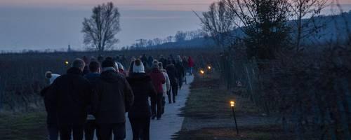 Bei knackig kaltem Wetter hatten sich zahlreiche Wanderer auf den fackelgesäumten Weg gemacht. Foto: BK/Hartmann