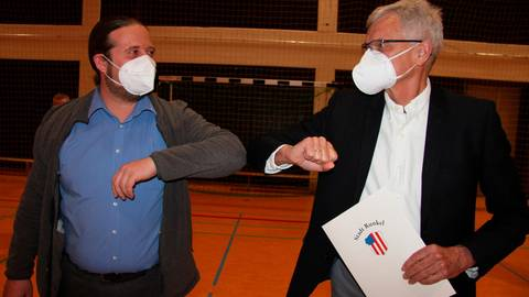 Auf gute Zusammenarbeit: Bürgermeister Michel Kremer (l.) und sein neuer Stellvertreter Michael Uhl.  Foto: Christiane Müller-Lang