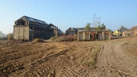 Wohnmobilstellplatz oder Campingplatz? Die Fläche vor dem früheren Bergwerk sieht einer neuen Nutzung entgegen. Foto: Jochen Werner