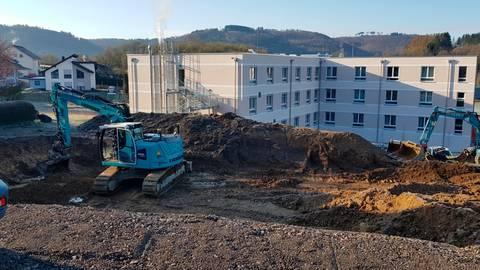 Baugrube: Oberhalb des Kursana-Seniorenheims entsteht an der Ecke Am Honigbaum/Heinrich-Heine-Straße ein barrierefreies Mehrfamilienhaus.  Foto: Christoph Weber