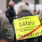 """Eine Demonstrantin bei einer """"Querdenken""""-Kundgebung in Wiesbaden.  Foto: dpa/ Frank Rumpenhorst"""