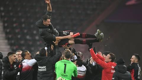 Frankfurts Kapitän David Abraham wird nach seinem letzten Spiel für die Eintracht von Betreuern und Mitspielern gefeiert.  Foto: dpa