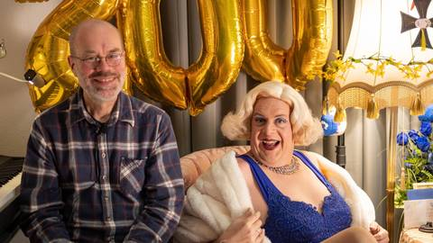 """Aurora (rechts) und ihr Herr Schmidt: Jochen Werner und Hans-Joachim Schmidt unterhalten seit bald einem Jahr mit """"Corona-tion TV"""" live via Facebook. Foto: Jan Bambach"""