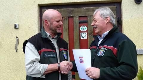 Ein symbolischer Händedruck: Forstamtsleiter Hans-Jürgen Rupp (links) wünscht Arno Eifert alles Gute für seinen weiteren Lebensweg. Fotos: Perkuhn