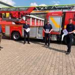 Danken den Einsatzkräften für die stete Bereitschaft, zu helfen: Bürgermeister Hans-Peter Seum mit den Stadtbrandinspektoren Kevin Schubach, Michael Riesbeck und Benjamin Balser (v.l.).  Foto: Freiwillige Feuerwehr Nidda