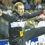 Die Augen geschlossen, das Bein weit hochgerissen: HSG-Torwart Till Klimpke bringt die Gegner zur Verzweiflung. Foto: Ben