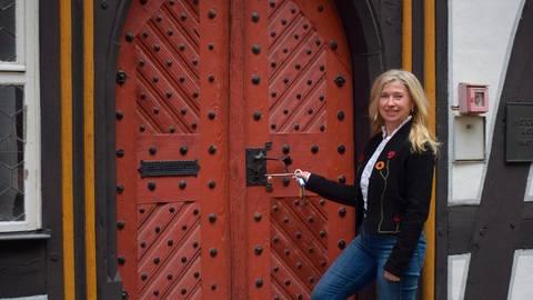 Bürgermeisterin Susanne Schaab (SPD) vor dem Historischen Rathaus. Foto: Weil