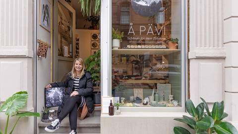 """Antje Pihan verkauft im """"Å Pävi"""" selbst gestaltete Erzeugnisse und Produkte befreundeter Kunsthandwerker. Foto: Marc Wickel"""