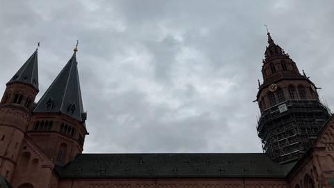 Der Mainzer Dom vor einer grauen Wolkenwand. Foto: Denise Frommeyer