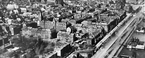 Das Lauterenviertel um 1930. Links unten das Lazarett, oben links die Holztorschule, im Rhein schwimmen Badeanstalten. Foto: Sammlung Michael Bermeitinger