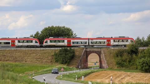 Auf einem Damm verläuft die Odenwaldbahn größtenteils zwischen Wiebelsbach und Darmstadt - wie hier bei Habitzheim. Das würde den zweigleisigen Ausbau der Strecke so teuer machen. Archivfoto: Guido Schiek