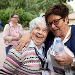 Wer wie Susanne Peschke (rechts, bei einem Ausflug 2019 mit Emma Rohr) mit Herz und Seele bei der Arbeit ist, kann von der Freude viel an die Senioren und andere weitergeben. Foto: Kursana