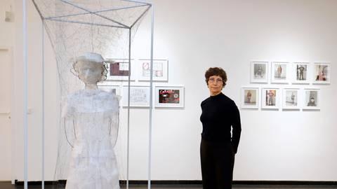 """Zoya Sadri mit ihrer Skulptur """"Madame"""": Die Künstlerin hat mit Schülern der Kästner-Schule zu Eröffnungsausstellung im  Studio West der Kunsthalle Darmstadt beigetragen. Foto: Andreas Kelm"""