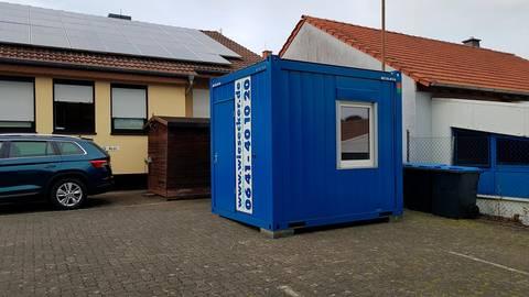 Corona-Abstriche nimmt das Team der Hausärztepraxis Gleen-Felda in Kirtorf in diesem Container.  Archivfoto: Buff