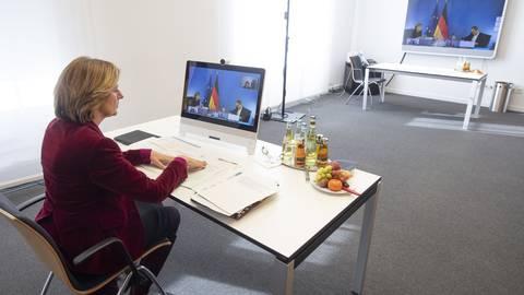 """Malu Dreyer (SPD), Ministerpräsidentin von Rheinland-Pfalz, sitzt bei der """"Corona-Schalte"""" vor ihrem Monitor in der Staatskanzlei in Mainz. Foto: dpa"""