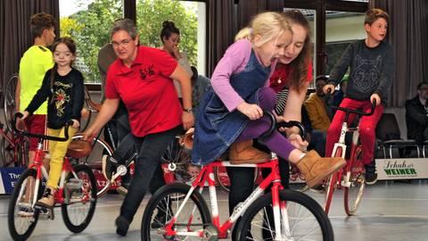Gleichgewichtssinn, Kraft und Koordination stehen sowohl beim Kunstradfahren als auch beim Radball im Vordergrund. Beim Schnuppertag des RSV Gau-Algesheim dürfen die kleinen Teilnehmer sich gleich selbst am Sportgerät ausprobieren. Foto: Thomas Schmidt