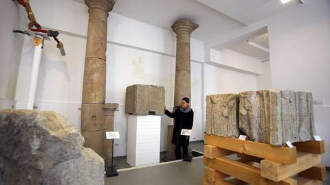 Museumsleiterin Eva Heller-Karnethin der Steinhalle des Burggrafiats. Wird es bald eine moderne Alternative geben? Foto (Archiv): BK/Schmitz