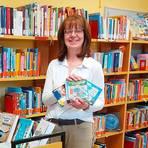 Drei Hörbücher - eins für Kinder und zwei für Erwachsene - empfiehlt die Bücherei in Arfurt zum Tag des Buches, Anja Zell zeigt die Cover.  Foto: KÖB Arfurt