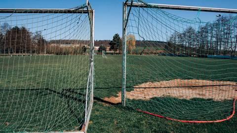 Zwar ohne Fußballverein, aber vom Ort längst nicht vergessen: das Geläuf in Lindenstruth ist noch gut in Schuss. Foto: Friese