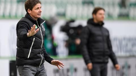 Wolfsburgs Trainer Oliver Glasner am Spielfeldrand beim Spiel gegen Borussia Dortmund.  Foto: Swen Pförtner/dpa