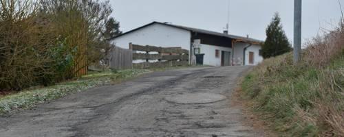 Die Straße, die zum ehemaligen Campingplatz führt ist marode, sie ist unter anderem Gegenstand des städtebaulichen Vertrags.   Foto: Jenny Berns