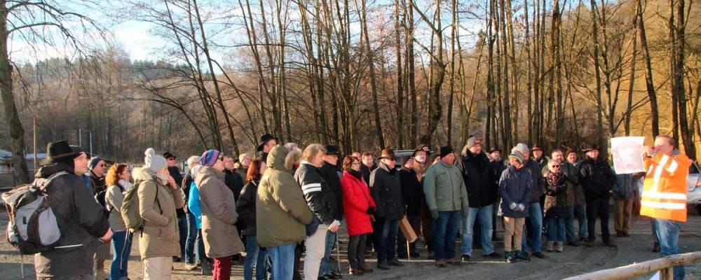 Bei bestem Wetter trafen sich die Wanderer auf dem Parkplatz an der Obermühle und wurden unterwegs von Gerd Mathes mit Informationen versorgt.  Foto: Heike Pöllmitz