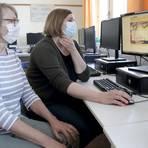 """Sybille Hillesheim (links) und Sarah Scholz sind die """"Internet-ABC-Expertinnen"""" an der Groß-Gerauer Goetheschule, die zum zweiten Mal ausgezeichnet wird. Foto: Vollformat/Frank Möllenberg"""