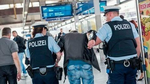 Die Polizei überwältigte den 29-Jährigen. Foto: Bundespolizei