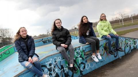 In Erzhausen ist ein Kinder- und Jugendparlament gewählt worden. Die erfolgreichen Kandidatinnen (von links) Amelie, Annika, Sophie und Nadja präsentieren sich auf der Skaterbahn. Foto: Karl-Heinz Bärtl