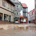 Vom Meliorsgraben her strömt das Wasser in die Altstadt. Zur Mittagsstunde brechen alle Dämme. Eine Stunde später ist die Straße an dieser Stelle nur noch mit einem Boot passierbar.