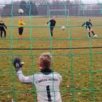 Die Bälle fliegen wieder: Wie die D-Junioren der JSG Hirschhausen/Bermbach/Drommershausen sind etliche Nachwuchsteams im Kreis Limburg-Weilburg zurück auf dem Trainingsplatz.  Foto: André Bethke