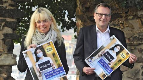 Ingrid Vollmer (IHK) und OB Thomas Feser stellen auf der Burg Klopp die Plakate vor. Foto: Thomas Schmidt