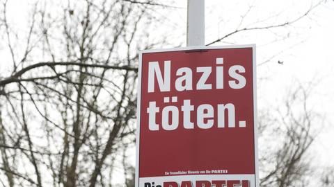 """""""Nazis töten"""" steht auf den Wahlplakaten der Satirepartei """"Die Partei"""", hier an der Eberstädter Straße in Pfungstadt.  Foto: Guido Schiek"""