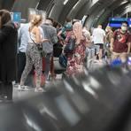 Passagiere warten am Frankfurter Flughafen auf einen kostenlosen Corona-Test. Wegen steigender Corona-Zahlen hat die Bundesregierung die Reisewarnung für mehr als 160 Länder bis Mitte September verlängert.  Archivfoto: dpa