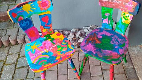 """Mit bunten Stühlen, unter anderem von der Kita """"Regenbogenland"""" in Weilmünster, werden in Wetzlar """"Zeichen für Vielfalt und Toleranz"""" gesetzt. Foto: Regenbogenland"""