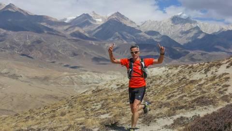 Sven Franke voll motiviert im Himalaya in der Nähe von Lo Manthang in 4 500 Metern Höhe. Im Hintergrund sind Teile von Tibet und China zu erkennen. Foto: Anuj D. Adhikary