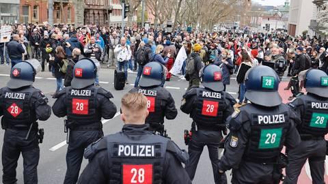 Die Polizei will nun das Vordringen der Demonstranten in die Innenstadt verhindern. Foto: Sascha Kopp
