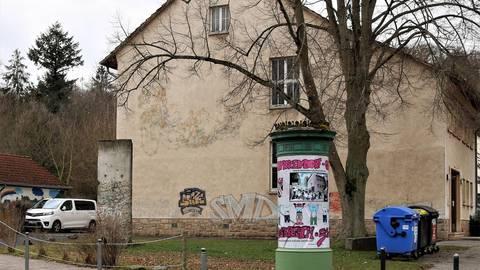 Das Wandgemälde verblasst, das Stück der Berliner Mauer zerfällt, auch an der Litfasssäule nagt der Zahn der Zeit. Foto: Stoepler